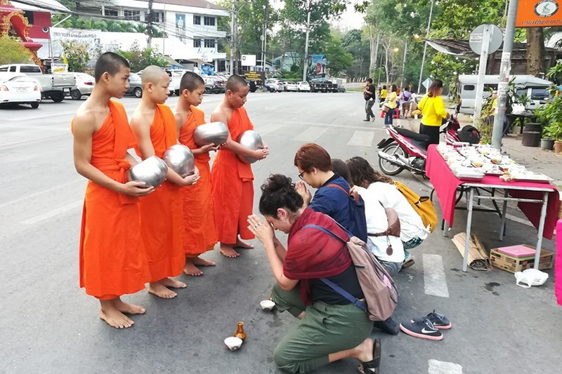 to give alms to the monks, give alms to the monks, to make offerings to the monks, offering to monks at morning